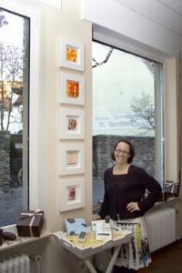 Salon Du Cacao - die Künstlerin vor ihren Bildern