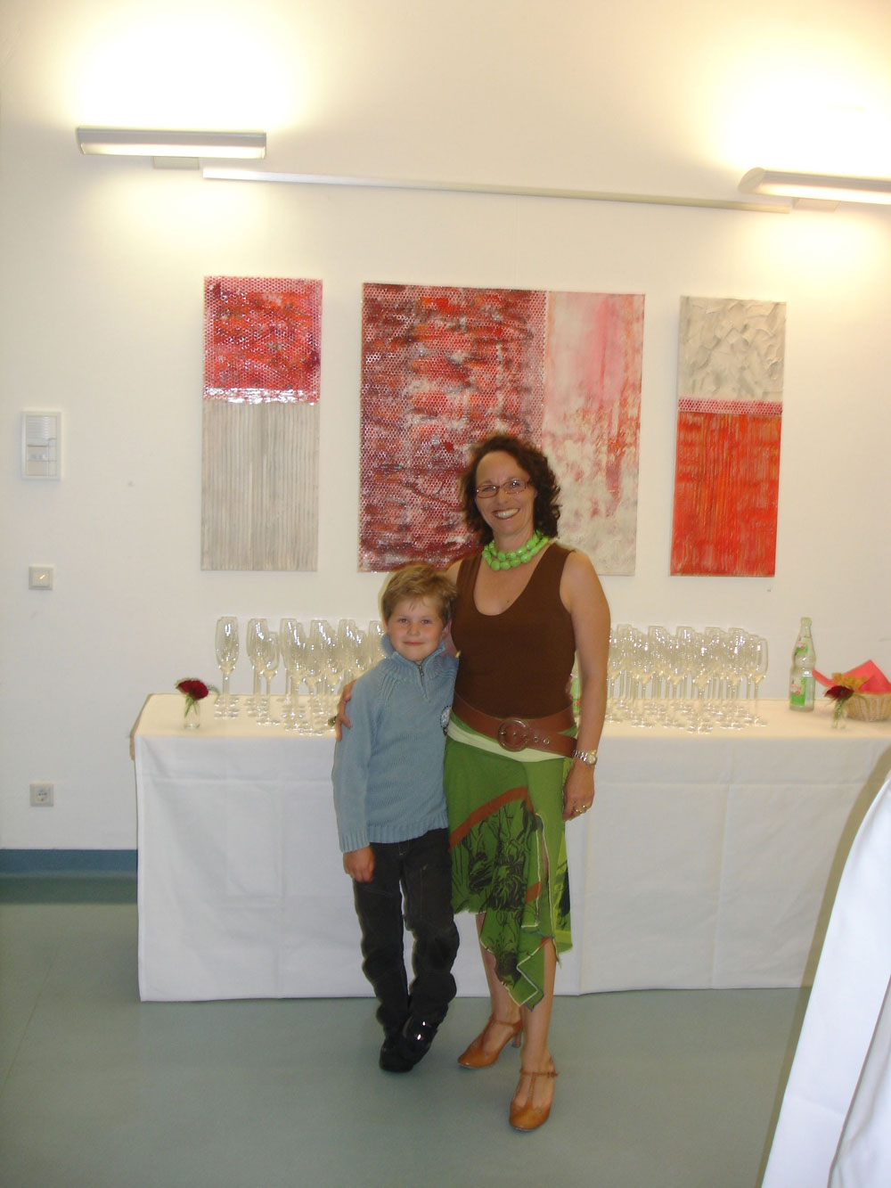 Künstlerin mit Sohn vor Cross Over